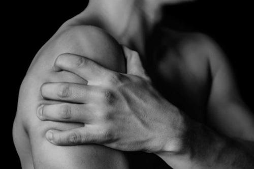 hand grijpt schoudervast vanwege schouderklachten